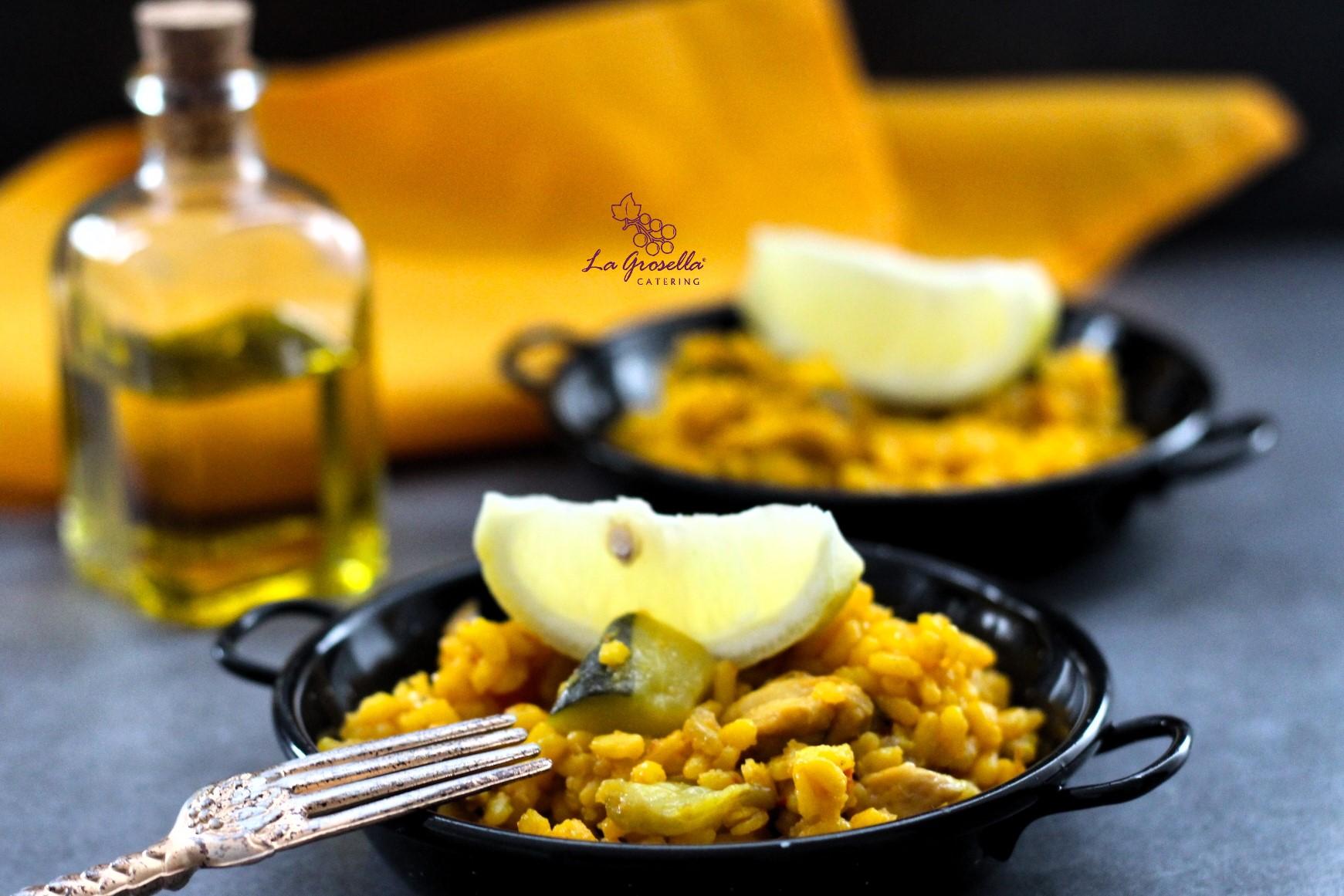 Paella con pollo y verduras