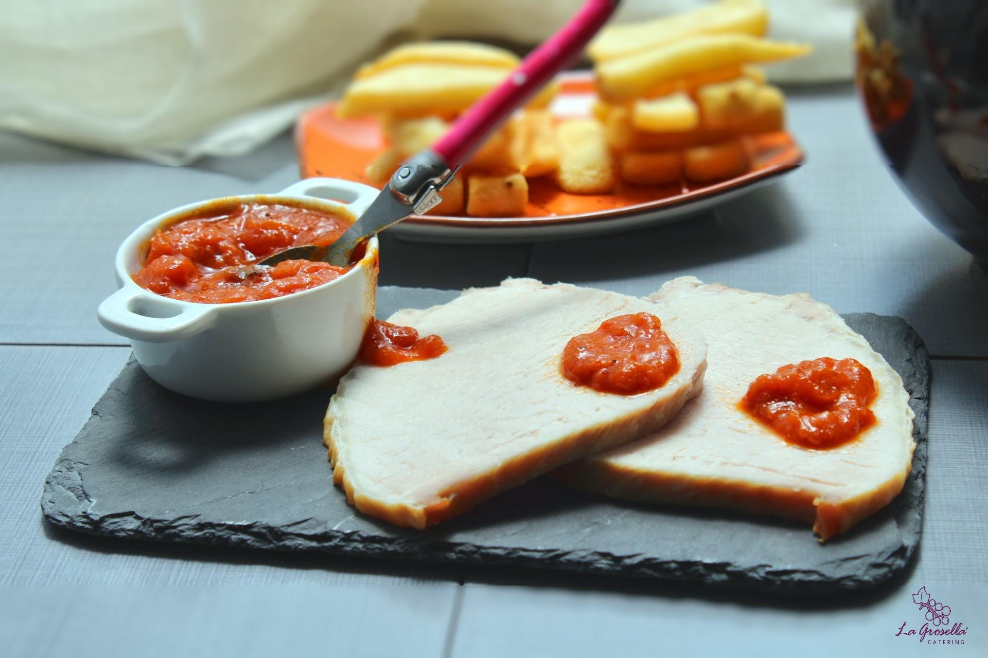 Lomo asado con salsa de tomate y curry