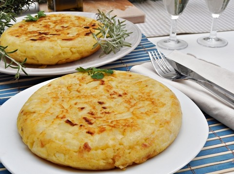 Tortilla de patatas grande con salmón ahumado extra