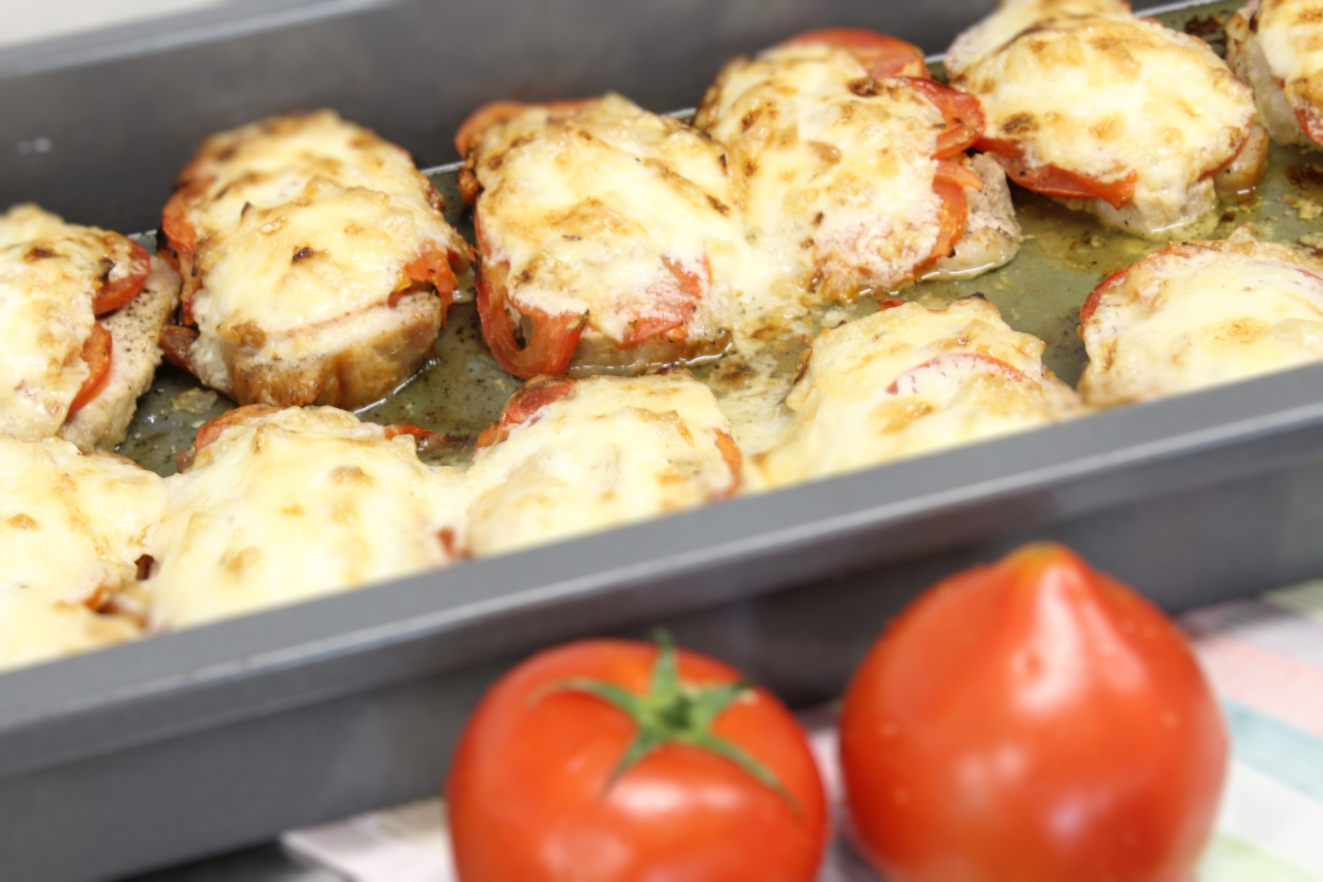 Lomo de cerdo gratinado con tomate y alioli