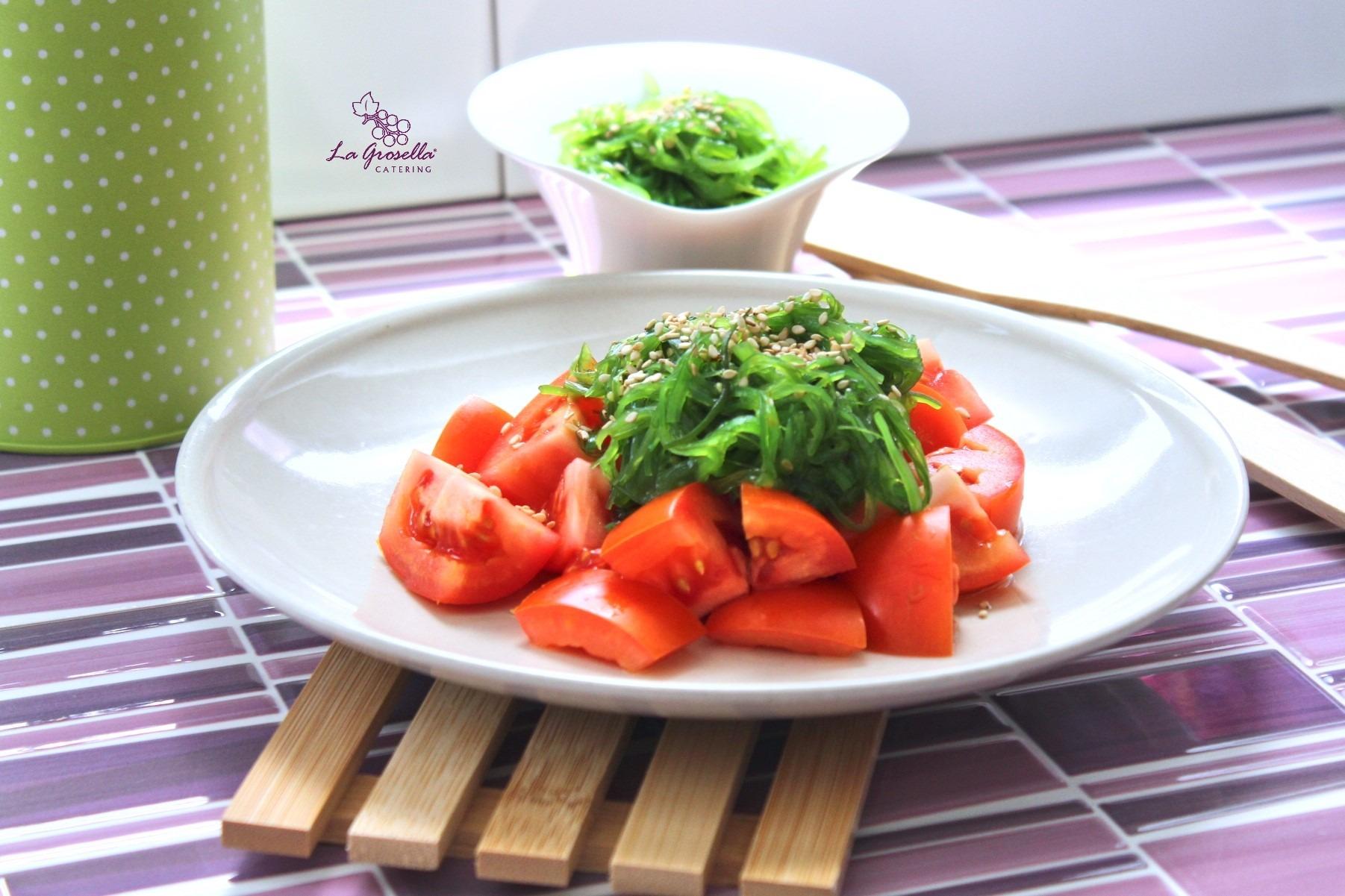 Ensalada de tomate con wakame