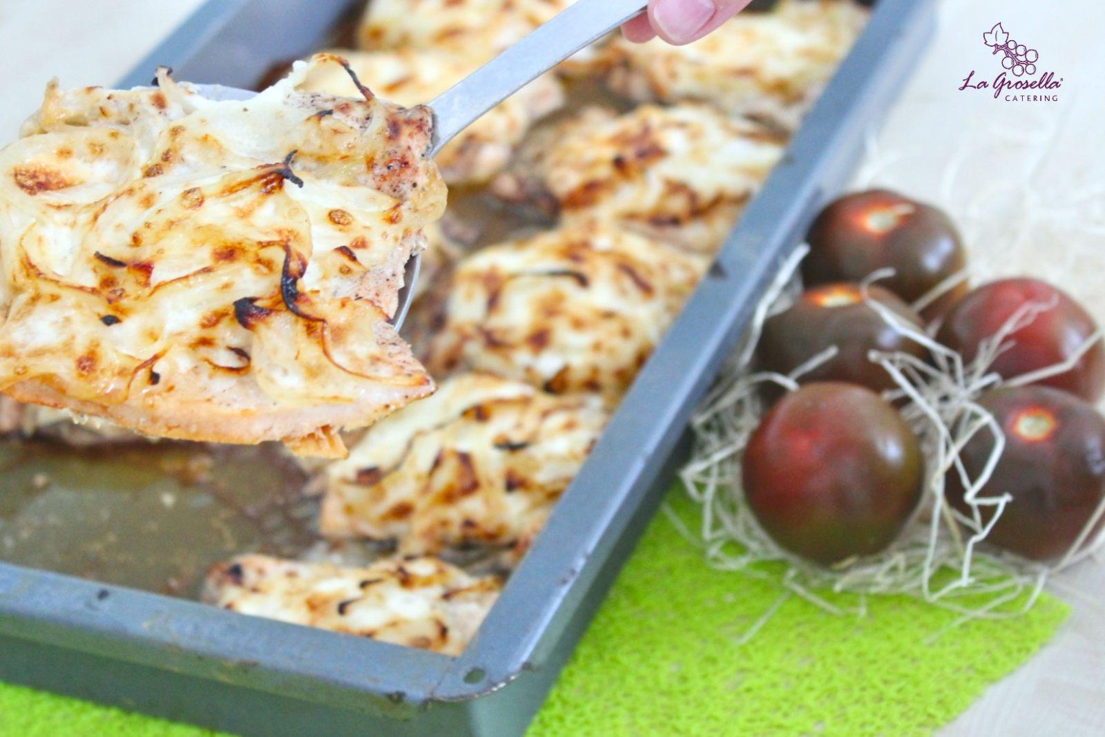 Pechuga de pollo gratinada con cebolla y mayonesa